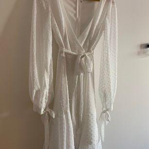 Helt ny fräsch klänning till sommaren! Köpte den från DM för 399kr. Passformen är underbar, tyvärr är den lite för tajt för mig, är vanligen storlek S men köpte i XS. Säljer på grund av att den är för liten. Den är helt ny och har aldrig använts