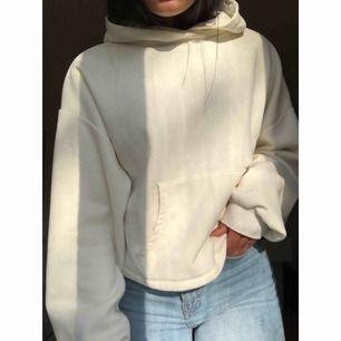 Kräm-vit hoodie. Köpt på Bershka i Barcelona för ett par månader sen men knappt använd och säljes därför.
