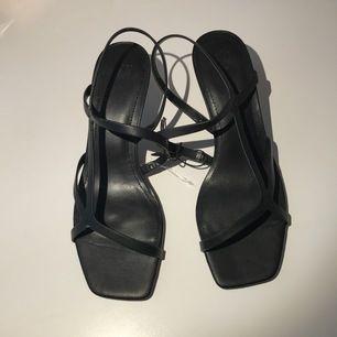 Säljer dessa oanvänd skor i strl 38, väldigt bekväma skor med fin detalj på sulan längst fram✨ snöret sitter fortfarande på, prislappen har dock försvunnit!