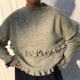 Denhär tröjan är såå mysig och i väldigt bra kvalite. Vackra volanger på både fram och baksida samt på armarna. Mjuk och stickad men lätt att ha på sig. Supermysig