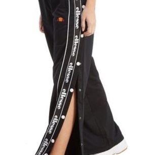 Ett par super snygga och bekväma byxor från ellesse går att knäppa upp på sidorna. Säljer pga förstora på mig.