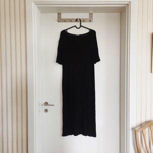 Svart klänning från Weekday, faller tungt och snyggt på kroppen! I nyskick