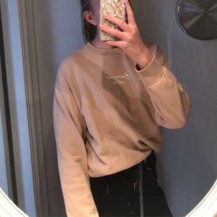 Ljusbrun sweatshirt, använd men i bra skick, köparen står för frakten!