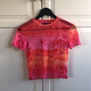 Fin och färgglad tröja som är genomskinlig. Det är knappt använd och är super somrig💖💖