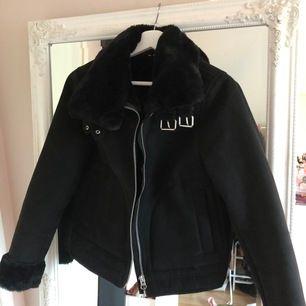 Svart jacka från H&M, köpt i vintras. Använd nån enstaka gång.