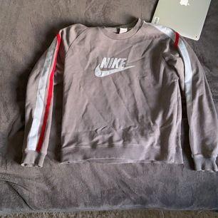 Grå tjocktröja från Nike med stripes på ärmarna. Riktning skön tröja med bra passform. Passar till nästintill allt och priset är förhandlingsbart:)