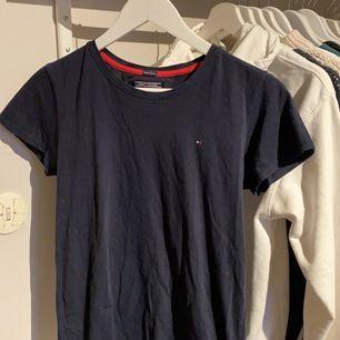 En Tommy Hilfiger T-shirt i storlek 176