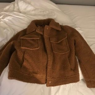 Säljer denna jacka då den inte kommer till andväning längre, använd 2-3 gånger som ny. Bud från 200kr+ frakt💜💜💜kom dm för flera bilder