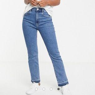 Säljer dessa snygga jeans från PULL&BEAR som knappt är använda. Köparen står för frakten. Skulle kunna gå ner lite i pris vid snapp affär. De är i storlek 34.💫