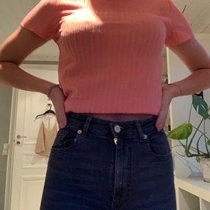 Säljer denna fina tröjan från Lindex, skulle säga att tröjan är i storlek S. Tröjan är knappt använd. Jag brukar vika upp den lite när jag använder den. Köparen står för frakten.💫
