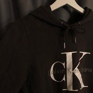 Calvin Klein hoodie i en gråsvart färg (se andra bilden). Storleken är S men tycker den sitter mer som en XS. Använd cirka 10 gånger men är hel och ren. Frakt tillkommer 📦