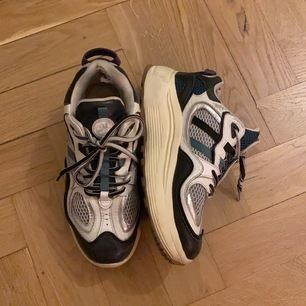 Säljer dessa fina eytys skor som köptes här på plick, då de tyvärr inte kommer till användning. De är lite slitna inuti och snörerna är lite trasiga men det kan man byta ut gratis i eytys butiken.