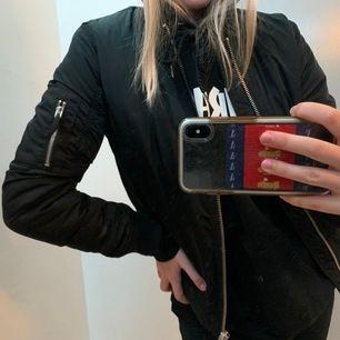 Jättesnygg bomber-jacka från Gina tricot! Säljer pga inte min stil längre☺️ frakt tillkommer på 50kr. Skriv om du är intresserad!☺️