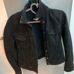 Jättesnygg jeans-jacka från Zara! Säljer pga inte min stil längre☺️ frakt tillkommer på 50kr. Skriv om du är intresserad!☺️ (den är endast trasig på en lapp men helt perfekt utanpå)