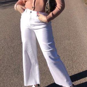Dom perfekta vita jeansen för sommaren