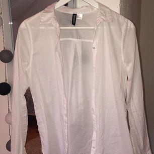 Vit skjorta från HM, endast använd en gång, bra skick, köparen står för frakten! (tar bara swish)