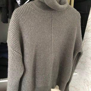 Aldrig använd grå stickad tröja i ett sååå mjukt material! Storlek S men är stretchig så passar XS-M beroende på hur man vill att den ska sitta! I priset ingår frakten!