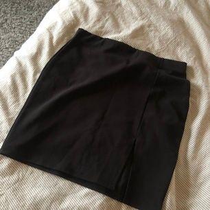 Kjol från nelly, finare material och slitsen är en fin detalj, aldrig använd