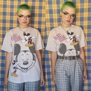 Gråmelerad t-shirt med Mickey mouse på, står ingen storlek men uppskattar den till en small/medium beroende på hur man vill att den ska sitta. Sitter snyggt oversized på mig och jag har vanligtvis xs-s i storlek. Frakten för denna ligger på 44 kr😊👍