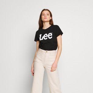 Jätte fin lee t-shirt med glitter logga. En av dom skönaste t-shirt och topparna jag har haft! Näst intill ny, bara använd ett par gånger. Den är slutsåld överallt! Nypris 299kr mitt pris 100kr +frakt. Storlek S.