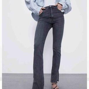 Knappt använda jeans från zara med hål i knäna och slits :) 🖤Säljer även ett par likadana i svart utan hål!🖤