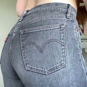 Sjukt snygga Levi's 501 jeans i W27/28 L30/32  Väldigt bra skick med några små slitningar som jag tycker gör jeansen snyggare. Första två bilderna visar den riktiga färgen. Något rakare modell på jeansen, snygga fickor. Nypris 1199kr, bud från 400kr 💗