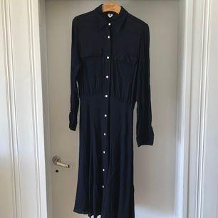 Världens finaste klänning säljer jag nu pga får inte användning av den. Från Arket. Använd en enstaka gång därav precis som ny.