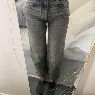 jättefina gråa jeans från zara