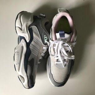 Säljer dessa chunky sneakers från Adidas köpta inne på ASOS, grå och blå detaljer med lite lätt rosa intill och neongrön sula som syns lite på första bilden. Tyvärr har de inte används så mycket som jag hade önskat så därför säljer jag dem!