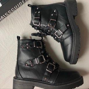 As coola boots med nitar, aldrig använda!