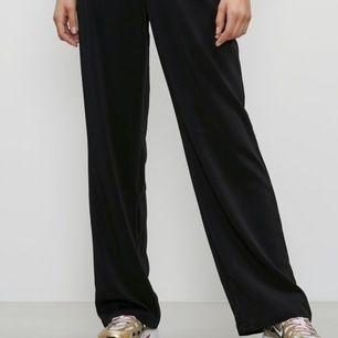 Nästan helt nya svarta vida byxor. Jag tappade bort mina gamla och köpte sedan i fel storlek.