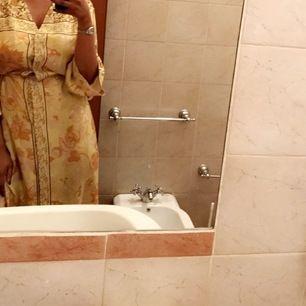 Säljer denna fina kimono från hm som också kan användas som en klänning i storlek S. Snygg till sommaren.