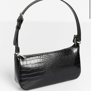 Säljer denna helt nya baguette väska jag aldrig använt eftersom den aldrig kom till användning. Köpte den för 250kr och säljer för 199kr eftersom den är i absolut ny skick. Kan mötas upp eller skickas, men då står du för frakten. Skriv för fler bilder 🥰