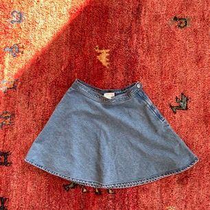 Kjol från Monki använd fåtal gånger! Längd från mitt och ner: cirka 41 cm.  Frakt: 63kr