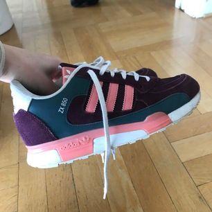 Adidas ZX 850 sneakers. Använda ett fåtal gånger, väldigt bekväma skor i mycket fint skick! Frakt tillkommer✨