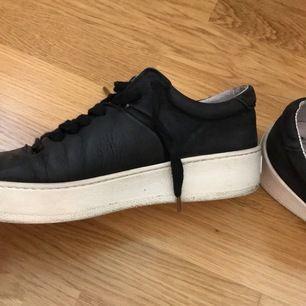 Svarta sneakers från Jim Rickey, stl 37. Ganska välanvända, men är fortfarande i gott skick. Går dessutom att rengöra mer om man så önskar. Nypris 1300 kr.