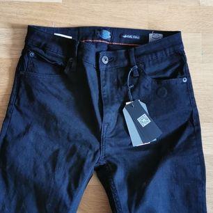 Helt nya crocker jeans som aldrig kommer komma till användning. Flare modell, skit snygga. Helt oanvända (Prislappen sitter kvar) dem är storlek 30 32 skulle säga att dem passar någon som är en S nypris 1200 säljer dem för 250