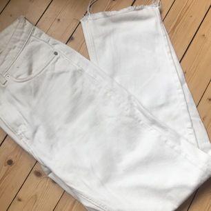 Vita jeans från Weekday i modellen VOYAGE!!                Köparen betalar frakten!!                                                   Nypris: 500kr                                                                  Endast använda en gång!