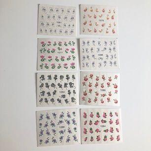 Klistermärken/tatueringar som man kan sätta på nageln som dekoration. Enkelt att använda, man klipper ut designen, tar bort plastet, lägger i blöt och sedan fäster det på nageln. Lägg sedan på ett top coat för att det ska hålla bättre. 21kr/st inkl frakt💞