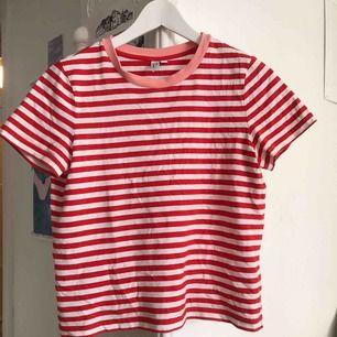 Jättefin röd-rosa-randig t-shirt från &other stories! underbar sommartröja, som en glass! 💗
