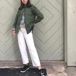 Ett par vita jeans, super fina. Storlek 36 och jag är 168 cm lång!! 250 kr inkl frakt!! 🥰🥰🥰