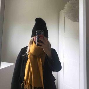 Säljer denna jättefina gula halsduk, helt oanvänd, köpare står för frakt