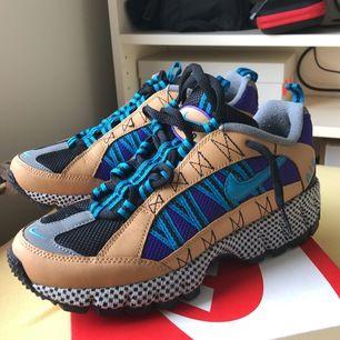 Säljer dessa supercoola Nike Humara skor! Provade men var tyvärr för stora! Tycker att de är en väldigt bra vintage plagg men kan också kombineras med andra stilar, framstidan lyser vid blixt. Storlek är 38.5. (Original pris är 1300kr)