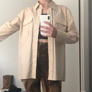 Superfin beige skjorta från Arket, knappt använd, som ny! Storlek 36