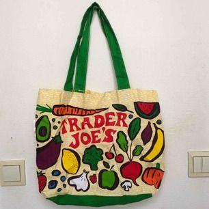 Härlig tygväska som jag köpte när jag var på Trader Joe's i USA. Möts upp i centrala Sthlm annars tillkommer frakt 🌸