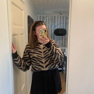 Finaste klänningen, jag älskar att ha en tröja över vilket är så snygg. Så fin som den är också.
