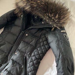 Säljer nu denna vinterjacka från rock n blue i storlek 34, köpte den för ca 4000 och säljer den för 2000. I bra skick inga fel eller något!