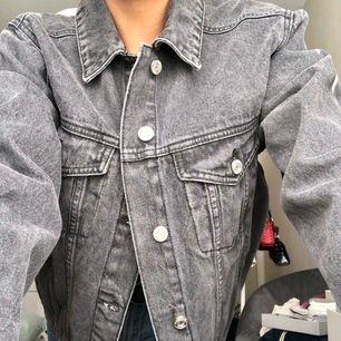 OANVÄND! lapp finns kvar. grå(snyggare grå irl, svårt att få med på bild) jeansjacka från missguided i strl 34. frakt tillkommer!