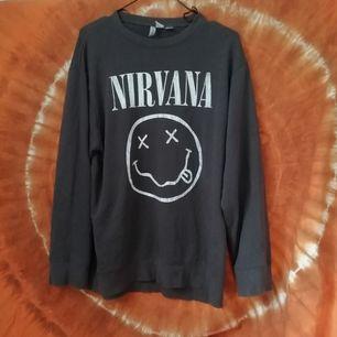 Ljusbrun Nirvana tröja ifrån HM. Storlek XS men VÄLDIGT oversized, passar t.om Large. Aldrig använd, väldigt varm av sig. 89kr + frakt 🤘🏼
