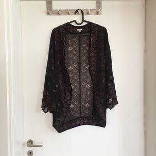En andra fantastisk boho-kaftan, älskar dessa! Så snygga att ha över ett linne/tröja. Tredje bilden visar mönstret på ryggen. I nyskick✨ Passar stl 34-42